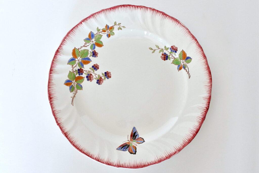 Grande piatto di servizio in ceramica di Longwy decorato con frutti di rovo e farfalla