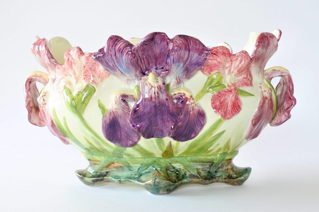 Jardinière di Delphin Massier in ceramica barbotine con iris policromi