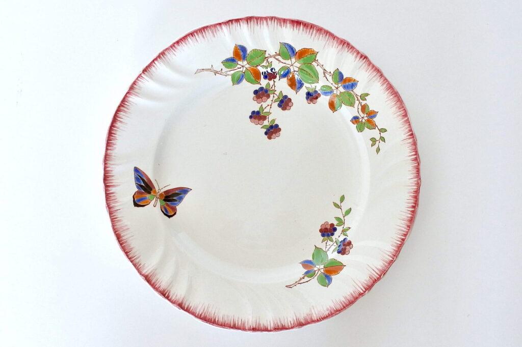 Piatto di servizio in ceramica di Longwy con farfalla e frutti di rovo