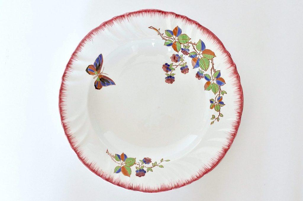 Piatto di servizio in ceramica di Longwy con frutti di rovo e farfalla