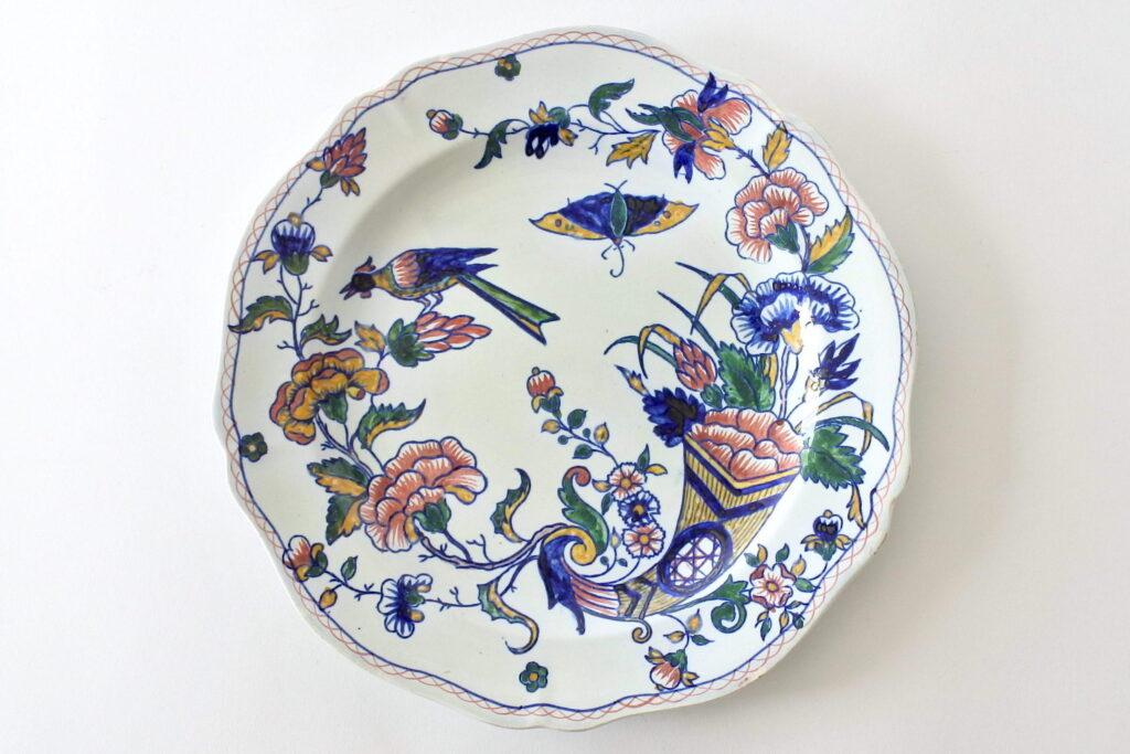 Piatto fondo in ceramica di Gien del 1875 con cornucopia farfalla fiori ed uccello