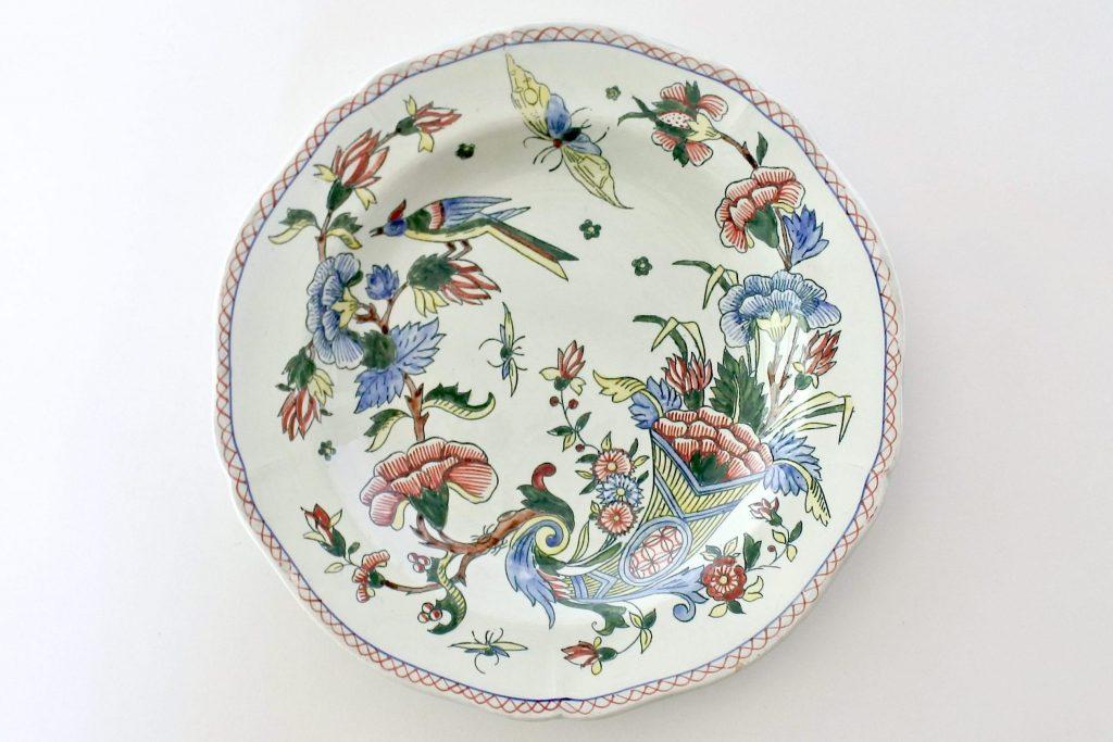 Piatto piano in ceramica di Gien del 1871 con cornucopia farfalla fiori ed uccello