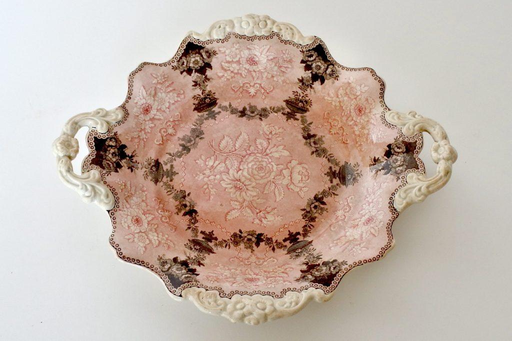 Vassoio in ceramica con bordo sagomato e decoro di fiori e ghirlande