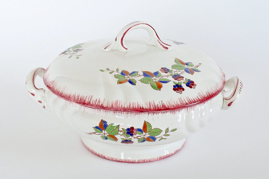 Zuppiera in ceramica di Longwy decorata con frutti di rovo e farfalla