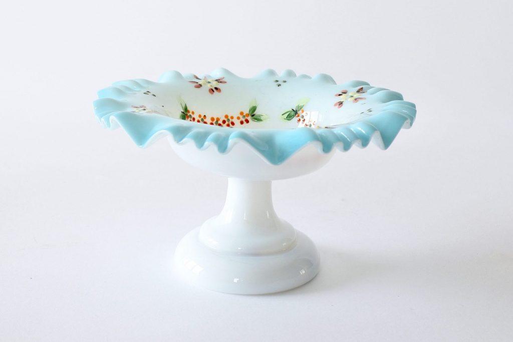 Alzatina in vetro opalino bianco e azzurro con fiori smaltati e bordo dentellato