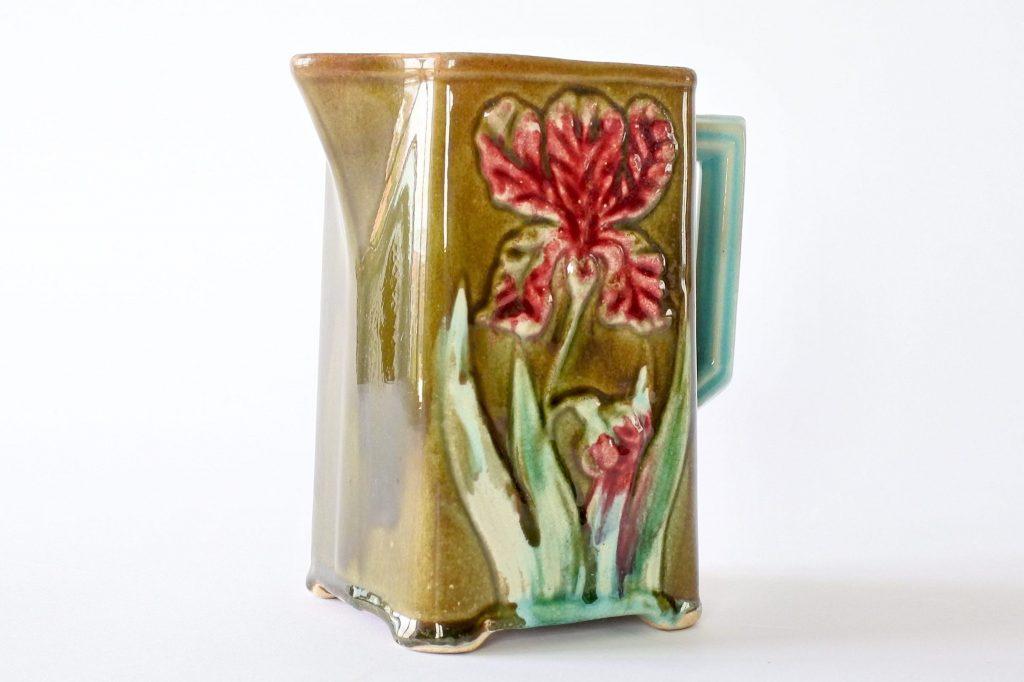Brocca in ceramica barbotine di Saint Uze con iris e manico turchese