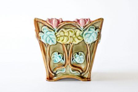 Cache pot Onnaing 672 in ceramica barbotine con ciclamini in rilievo