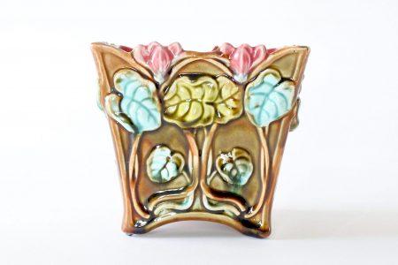 Cache pot Onnaing 674 in ceramica barbotine con ciclamini in rilievo