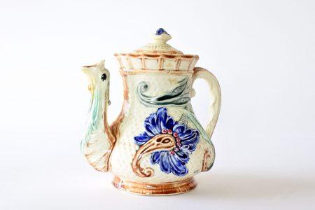 Caffettiera in ceramica barbotine di Wasmuel con decoro di fiori blu