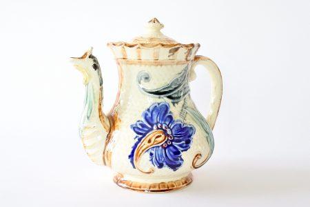 Caffettiera in ceramica barbotine di Wasmuel decorata con fiori