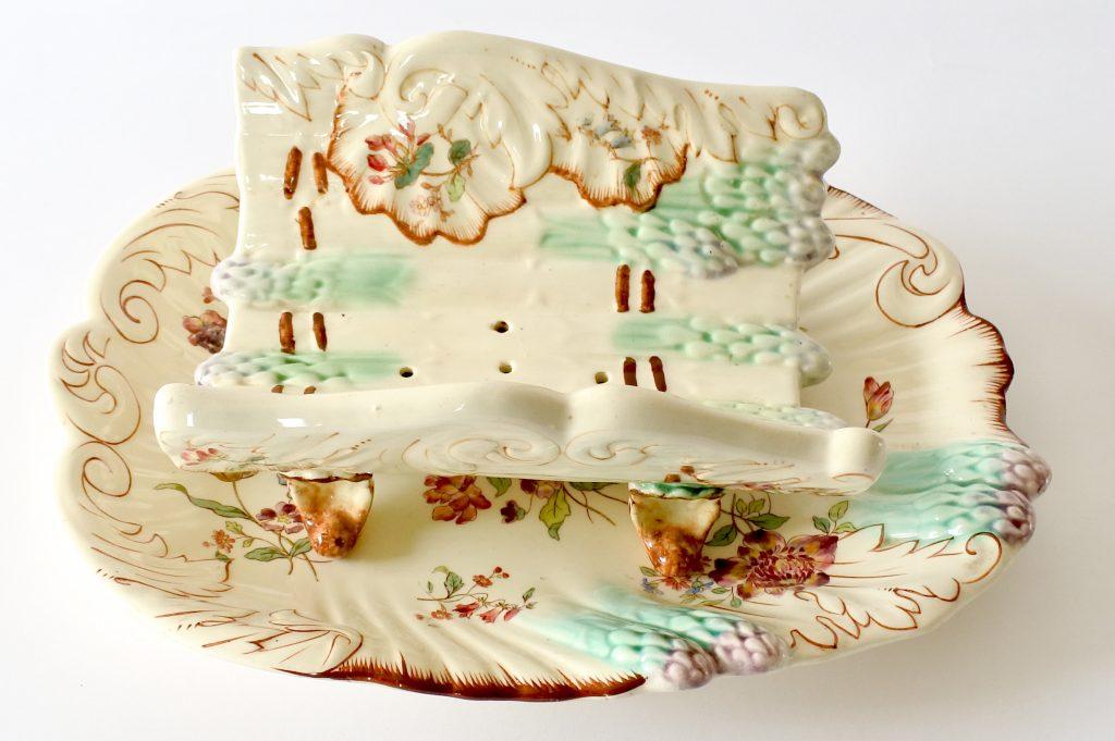 Piatto di portata con porta asparagi in ceramica barbotine di Longchamp