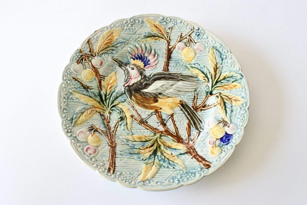 Piatto in ceramica barbotine decorato con uccello su rami di ciliegio