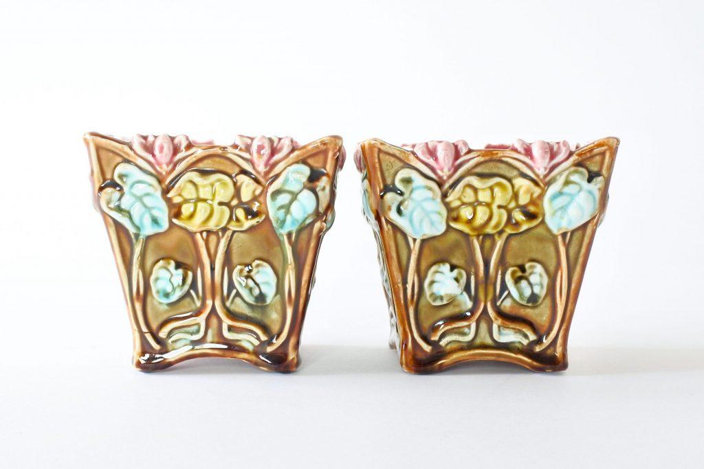 Coppia di cache pot Onnaing 672 in ceramica barbotine con ciclamini in rilievo