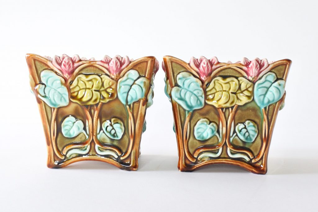 Coppia di cache pot Onnaing 674 in ceramica barbotine con ciclamini in rilievo