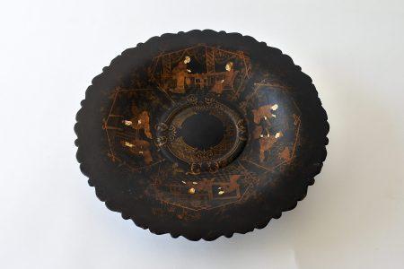 Alzatina in papier mâché decorata a cineserie su fondo nero